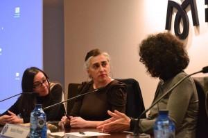 """Natalia Poncela, Anxela Caramés y Chelo Matesanz debatiendo durante la mesa redonda """"Tras la Mesa de Bourgeois"""" en Fundación María José Jove"""