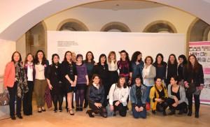 Foto familia de las artistas y gestoras participantes en el acto Inaugural Miradas de Mujeres en Galicia, el 8 de marzo en Lugo