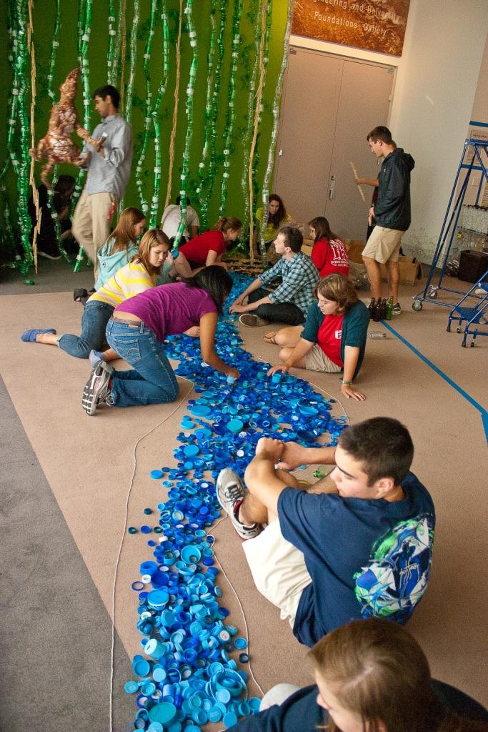 Estudiantes participando activamente en el montaje de la instalación de Bryant Holsenbeck.