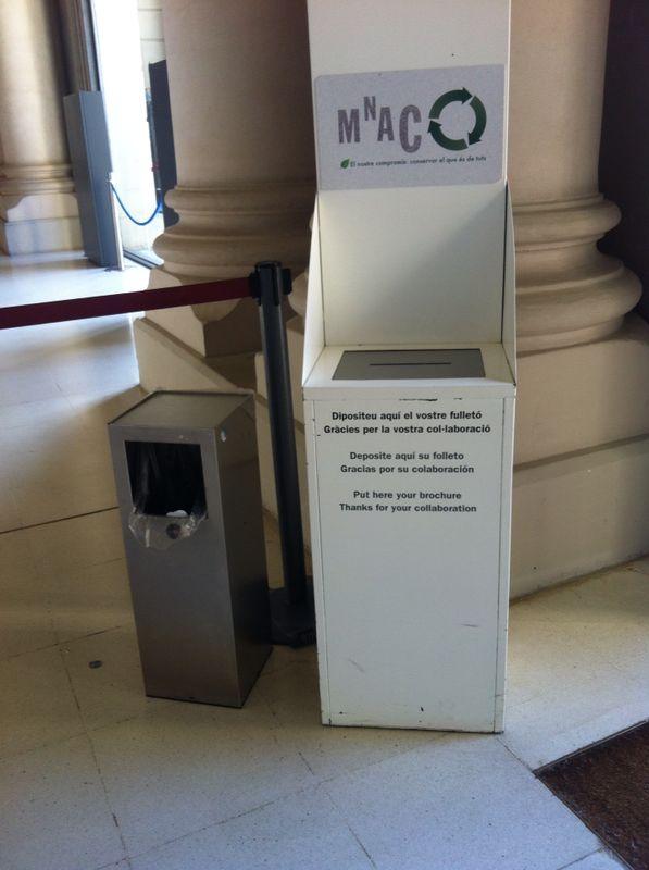 Buzón situado a la salida del Museo Nacional de Arte de Catalunya para depositar folletos y reutilizarlos