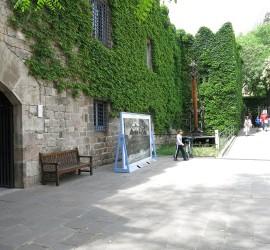 Aparcamiento de bicicletas en la entrada del Museu Marítim de Barcelona con la que se promueve el transporte sostenible a los visitantes y trabajadores del museo
