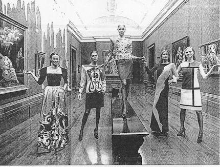 Inauguración de la sala de la National Gallery de Londres que lleva el nombre de Yves Saint Laurent con varias modelos luciendo algunas de las creaciones del diseñador inspiradas en artsitas como Mondrian y Wesselmann (a.1998)