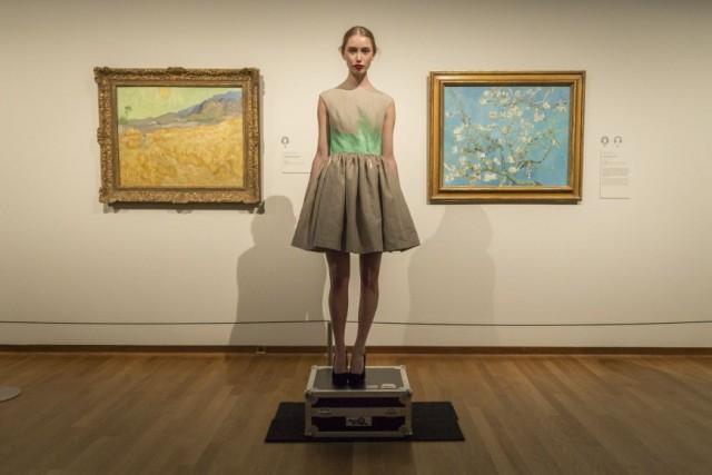 """Presentación de las creaciones de Mattijs Van Bergen en el Museo Van Gogh.  Este vestido se mostró al público junto a las obras del pintor holandés """"Trigal y cosechador"""" (1889) y """"Almendro florido"""" (1890)"""