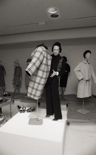 """Diana Vreeland trabajando en la exposición """"El mundo de Balenciaga"""" la primera muestra de moda que tuvo lugar en el Metropolitan Museum de Nueva York en 1973.A pesar del merecido reconocimiento de su labor como asesora, en ocasiones se ha criticado que en las muestras realizadas por Vreeland prevalecieran los criterios estéticos sobre los museísticos."""