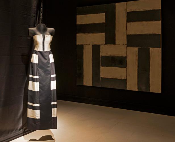 Vestido de Elio Berhanyer junto a la obra Voice de Sean Scully (a.1993) Exposición Entre Bambalinas (a.2013) en el IVAM.