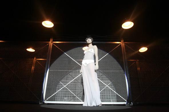 """Exposición y desfile de las creaciones de David Delfín en el Museo Guggenheim de Bilbao con motivo de la exposición """"Cosas del Surrealismo"""" que tuvo lugar en el museo en 2008."""