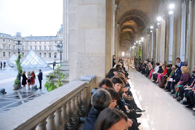 Desfile de la colección Invierno 2012 de Ferragamo en el Museo del Louvre.