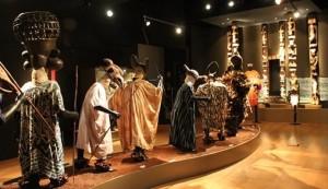 Vista del Desfile de Máscaras y Pórtico del Palacio. Reino de Oku. Siglo XIX-XX. Camerún